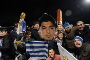Suárez llegó en la madrugada a Uruguay junto a su familia (Fotos)