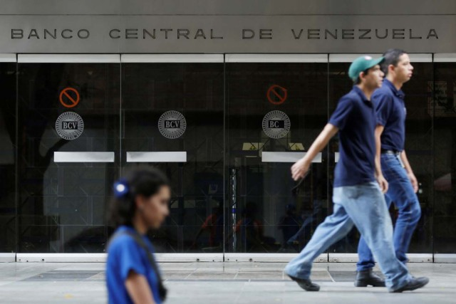 People walk in front of an entrance of the Venezuela's Central Bank in Caracas, Venezuela February 14, 2017. Picture taken February 14, 2017. REUTERS/Marco Bello