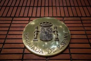 España asegura que salida de López de la embajada en Caracas fue decisión voluntaria y personal