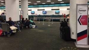 Venezolanos varados en aeropuerto de Miami retornarán a Caracas