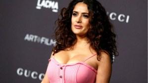 Salma Hayek exhibe sus descomunales pechos en apretado traje de baño