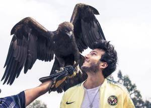 Este cantante colombiano fue atacado por un águila (VIDEO)