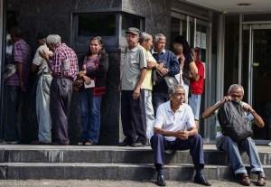 El calvario de los pensionados en Venezuela para poder cobrar 3,3 dólares en efectivo