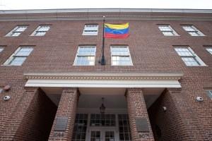 Enviados de Guaidó y Maduro compiten por el poder en el extranjero