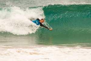 Surfista es mordido en la cabeza por un tiburón en una playa de Brasil
