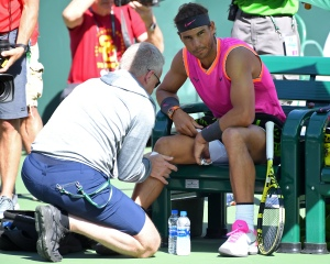 Nadal se retira de semifinales de Indian Wells contra Federer por lesión