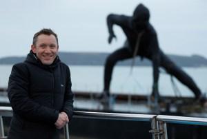 Estatua de bronce más grande de Gran Bretaña cruza mar y tierra para llegar a su nuevo hogar