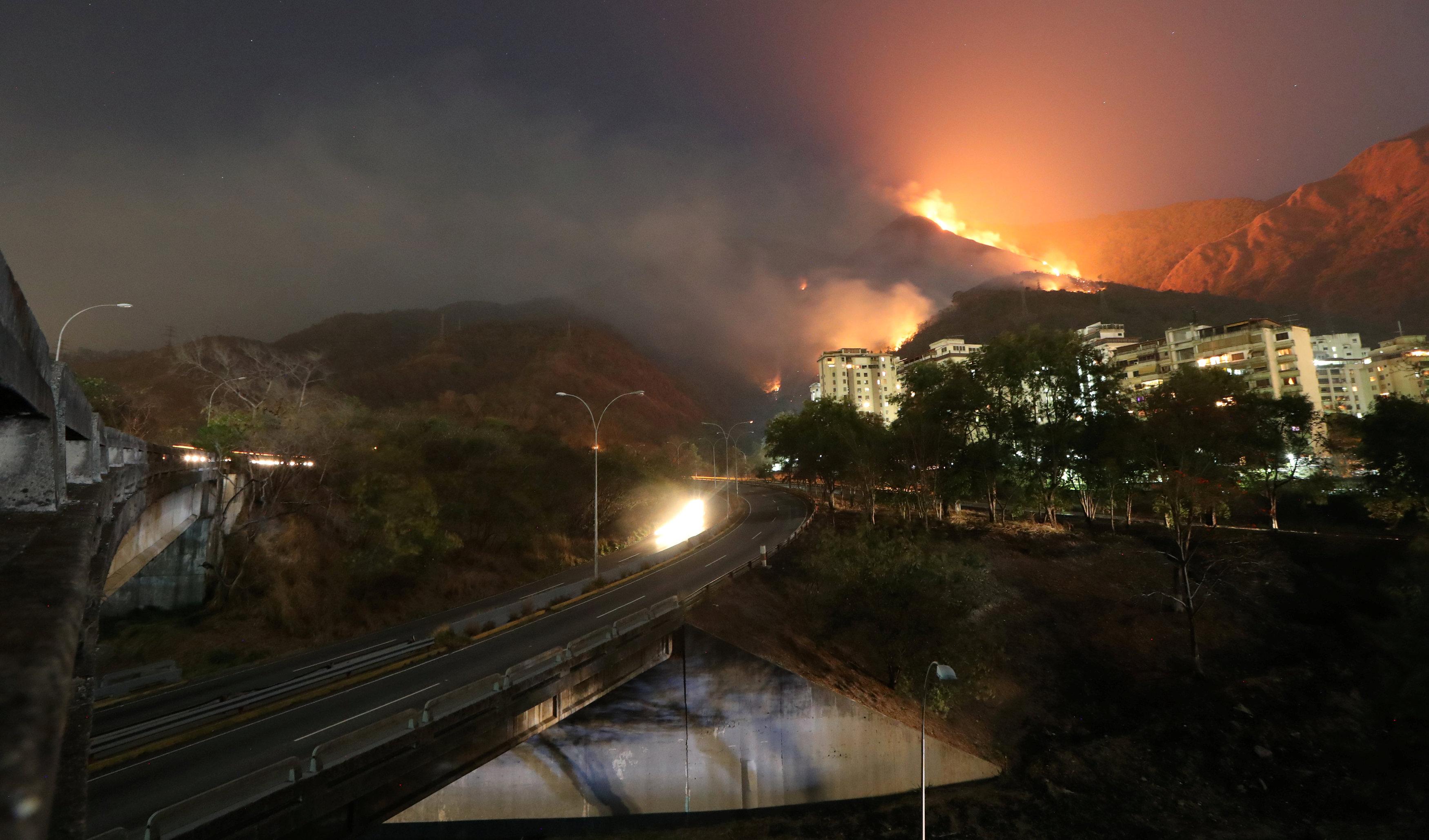 FOTOS y VIDEO: Voraces llamas arrasan El Ávila durante la noche del #18Mar