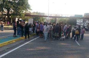 Vecinos de Los Mecedores trancan la Cota Mil por falta de agua (Fotos y videos)