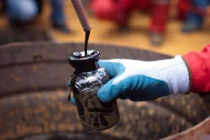 Elliott Abrams dice que producción de crudo venezolano cae a ritmo constante