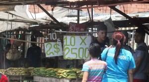 La dolarización en las calles del Zulia: Piden dólares hasta por los plátanos