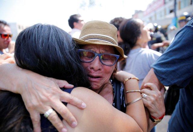 Los partidarios del ex presidente de Perú, Alan García, reaccionan después de que se anunció su muerte, en un hospital de Lima, Perú, el 17 de abril de 2019. REUTERS / Guadalupe PardoÊ