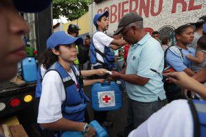 Venezolanos recibieron botellones de agua pero se quejan de que no pueden comprar sus medicinas