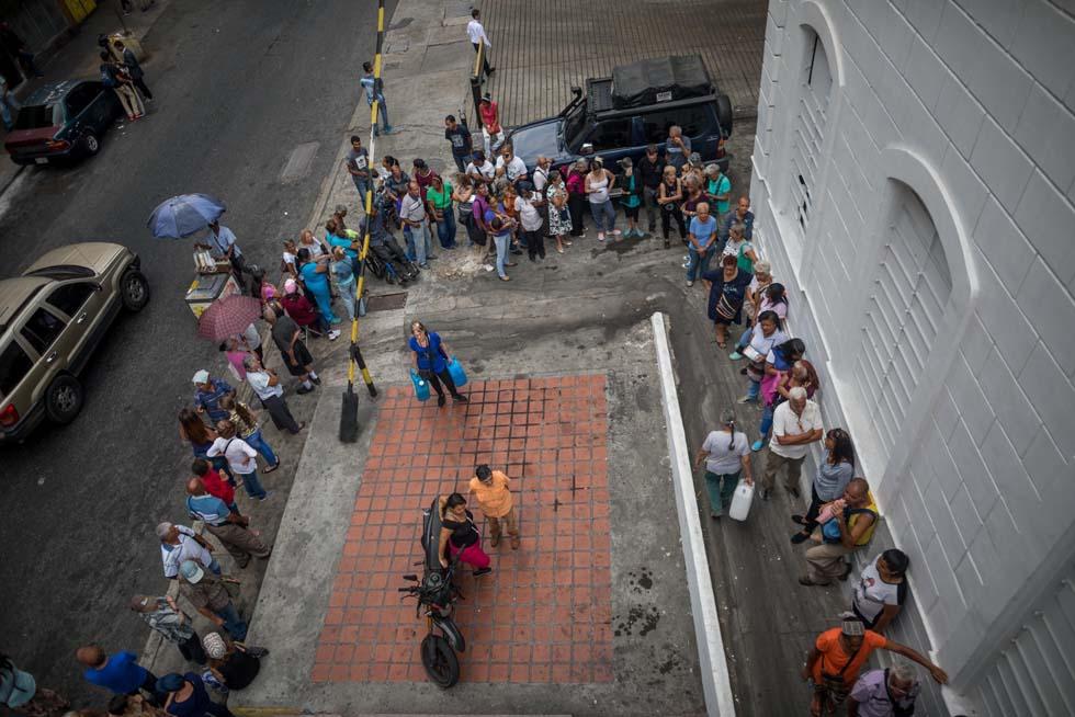 Largas colas otra vez en Caracas, por botellones de agua y pastillas potabilizadoras (FOTOS)