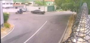 EN VIDEO: Quisieron robarle el carro a un señor y casi terminan arrollados en Baruta