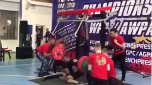 EN VIDEO: El escalofriante momento en que 250 kilos acabaron con las piernas y carrera de este pesista