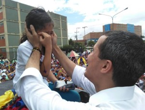 LA FOTO más tierna de Guaidó con una niña larense que conmovió a toda Venezuela #26May