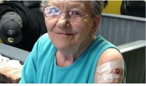 ¡Nunca es tarde para nada! Abuela huyó del asilo para hacerse su primer tatuaje (FOTOS)