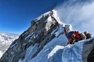 LA FOTO: Alpinistas hacen cola en la cima del Everest (y no es por gasolina)