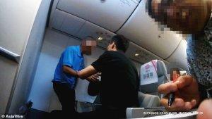 El aterrador momento en que un pasajero intenta abrir la puerta de un avión en medio de un vuelo (VIDEO)