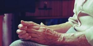 Mujer de 102 años es sospechosa de matar a su vecina en un ancianato de Francia