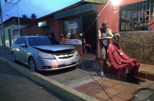 Foto: Barbero zuliano improvisa con la corriente de su carro para atender a sus clientes