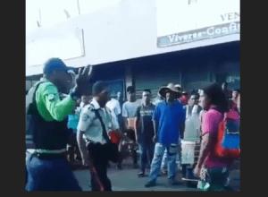 ¡Bochorno policial!: Policía SE MUELE a puños con un hombre en Puerto la Cruz (VIDEO)