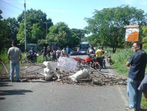 Habitantes de Guanare se cansaron de cocinar a leña y cerraron la Troncal 7 #13Jun