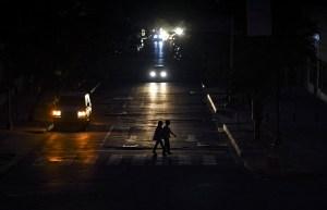 EN FOTOS: La noche venezolana vuelve a depender de las velas en nuevo apagón masivo