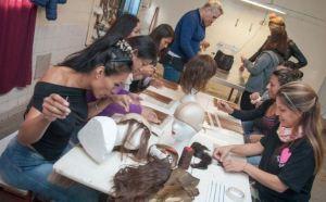 Chicas trans, privadas de libertad, confeccionan pelucas para niños con cáncer en Argentina