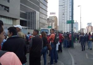 Enormes colas en Zona Rental a la espera de Metrobus durante el mega apagón rojo #23Jul (fotos)