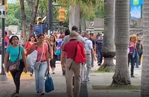 En Video: Caraqueños caminan en masa antes que los atrape la oscuridad del nuevo apagón