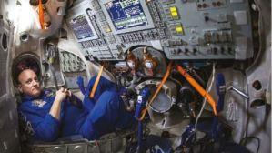 """El curioso caso del astronauta que regresó """"más joven"""" tras 340 días en el espacio"""