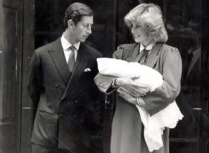 """La TRISTE historia tras el nacimiento del príncipe Harry y la """"decepción"""" de Carlos de Inglaterra"""