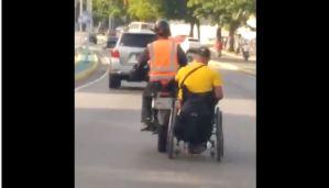 ¡Solo en Venezuela! Discapacitado le pidió a mototaxista que lo remolcara en su silla de ruedas (VIDEO)