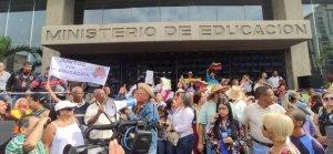 Epa Aristóbulo… mientras montas tu show en La Pastora, los docentes protestan en el Ministerio de Educación (VIDEOS)