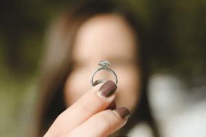 Un hombre compró un anillo para su mujer y otro para su amante y la joyera se tomó venganza