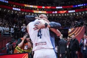 Imperdible: El emotivo abrazo de Luis Escola y  Manu Ginóbili tras el triunfo argentino (VIDEO)