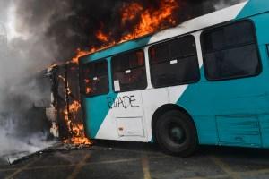 Suspenden circulación de transporte público ante aumento bandalismo en Santiago de Chile