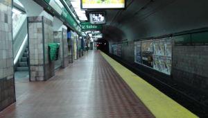 El momento exacto en que una mujer se salvó de ser arrollada por el metro en Buenos Aires (Video)