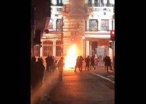 Manifestantes incendiaron la sede del diario El Mercurio en Valparaíso (Videos)