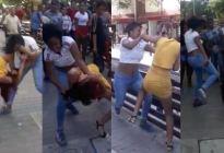 ¡Tremenda trifulca! Dos venezolanas se fueron a los golpes en plena plaza de Barranquilla (Video)