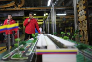 """Maduro entregará 13 mil fusiles para formar cuerpos combatientes de """"trabajadores"""" (Video)"""