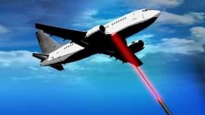 Hombre de Florida arrestado por apuntar con láser mientras aterrizaban aviones
