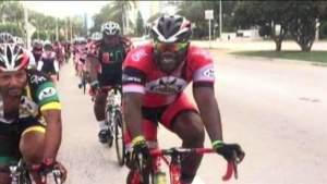 Docenas de ciclistas participan en un paseo en bicicleta conmemorativo por el líder del grupo asesinado