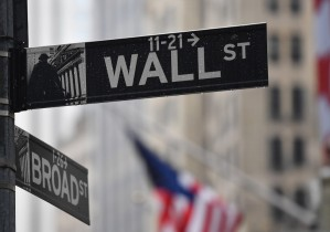 Wall Street abre en baja tras datos de desempleo en EEUU