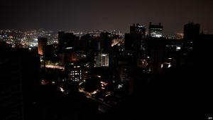 """""""Tengo los nervios destrozados"""": Venezolanos pasan horas sin electricidad en cuarentena"""