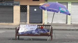 """""""Llamamos al 911 y no hay ayuda"""": El cartel que colocaron en Guayaquil junto a un cadáver (Fotos)"""
