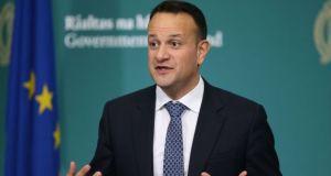 Primer ministro irlandés ofreció su ayuda como médico para frenar al coronavirus