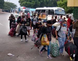Desinfectaron a migrantes venezolanos antes de cruzar el puente internacional Simón Bolívar (Video)